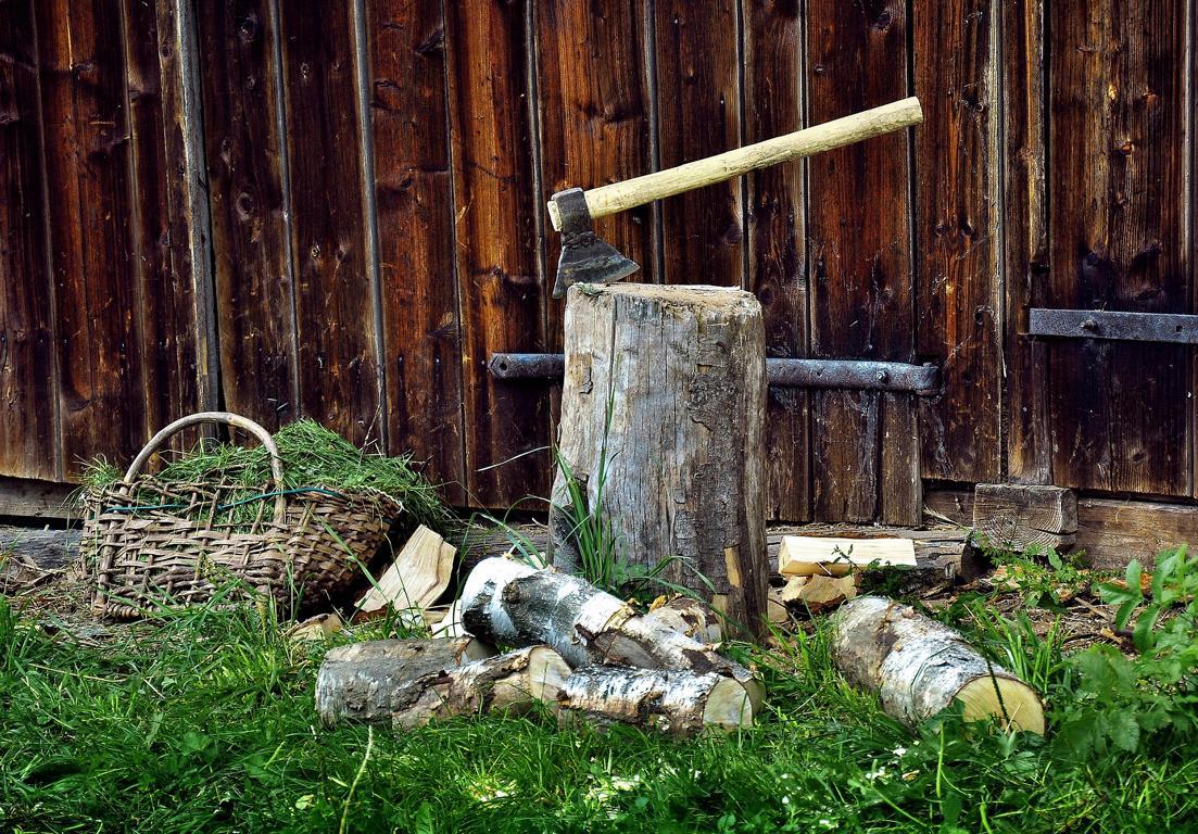 Verschiedenes Holz benötigt eine gute Spaltaxt Ausrüstung