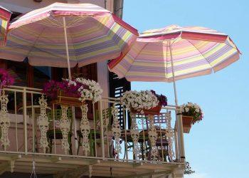 Balkonschirmständer Vergleich | Top 5 Schirmhalter für Balkon